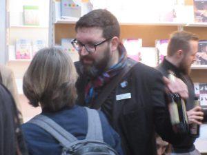 Jürgen Volk im Gespräch mit einer Frau